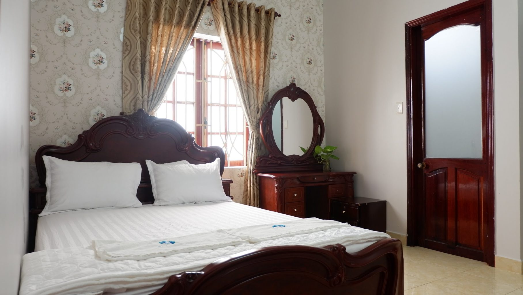 Phòng 1 giường đôi lầu 1 biệt thự Ali 6B