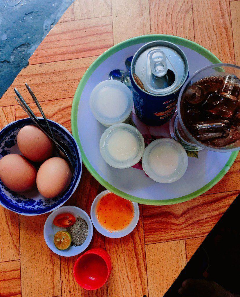 quan co day du nuoc giai khat, yaourt, banh bong lan va ca trung long dao, nhung mon an va thuc uong nay neu deu duoc ban voi gia binh dan va chat luong