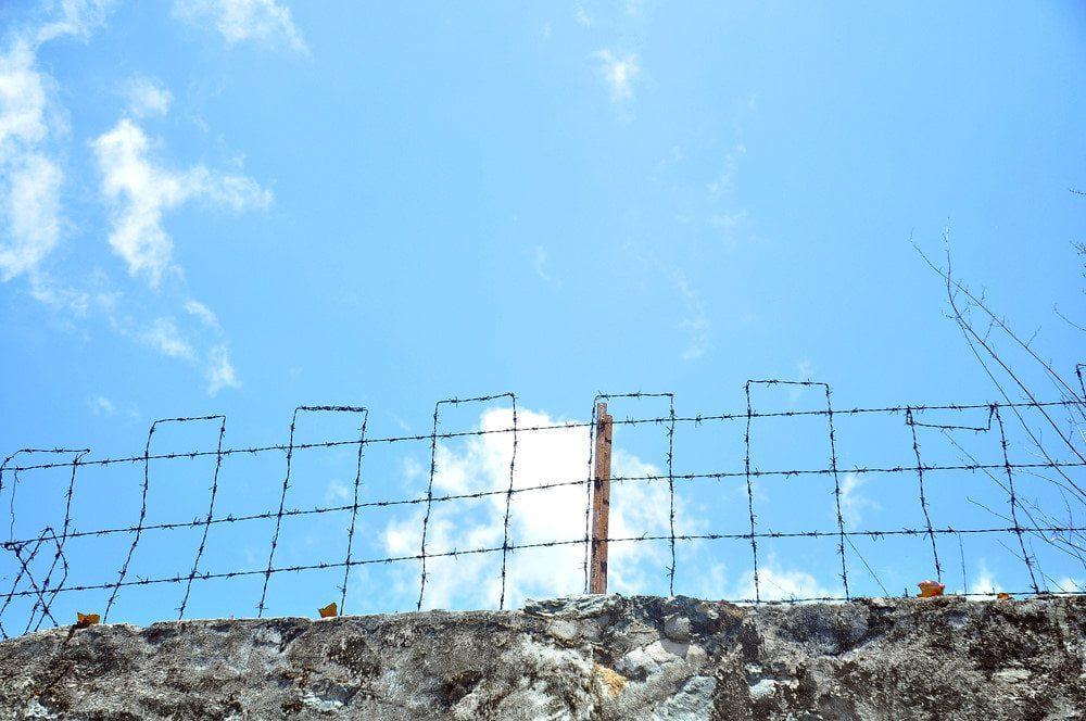 hang rao gai xung quanh trai giam