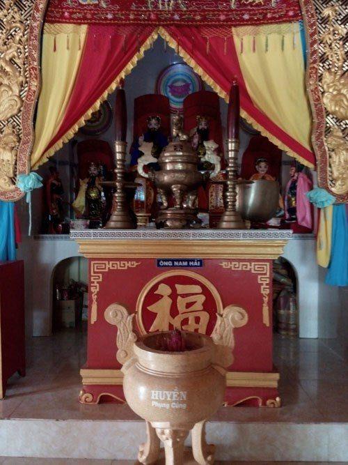 Dinh Ong Nam Hai tho nhieu vi than, trong do ban tho Ong Nam Hai duoc dat o trung tam