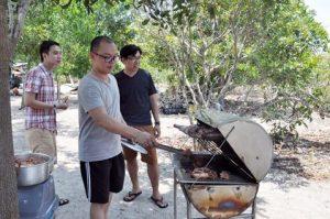 Anh Vuong Thanh Trung va nhung nguoi ban nuong thit tren dao Go Gang trong chuan bi cho bua trua.