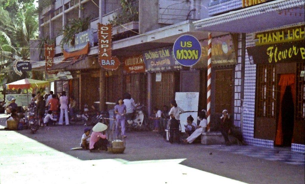 """Cac quan bar, khach san o khu """"pho den do"""" phuc vu linh My va dong minh"""
